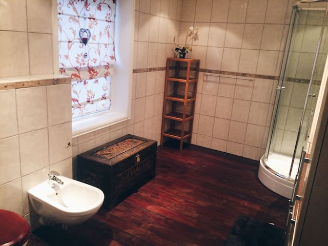 Room with bathroom in charming village. - Hølen - Talo