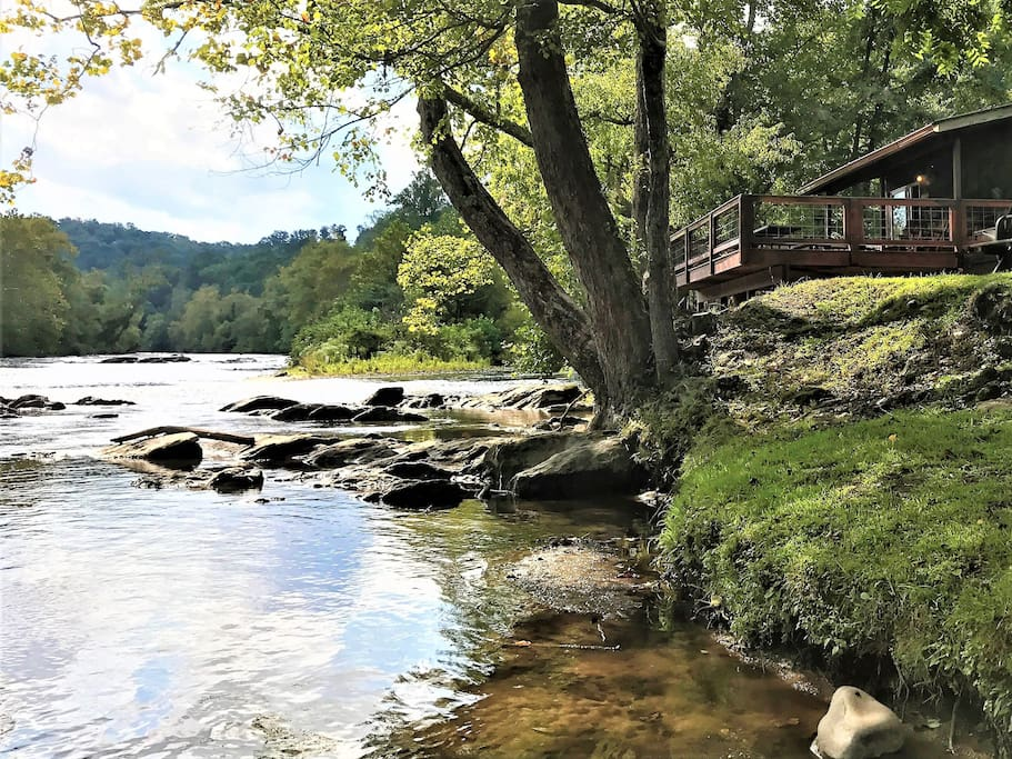 Stunning riverfront cabin w great fishing cabins for Gatlinburg cabins with fishing access