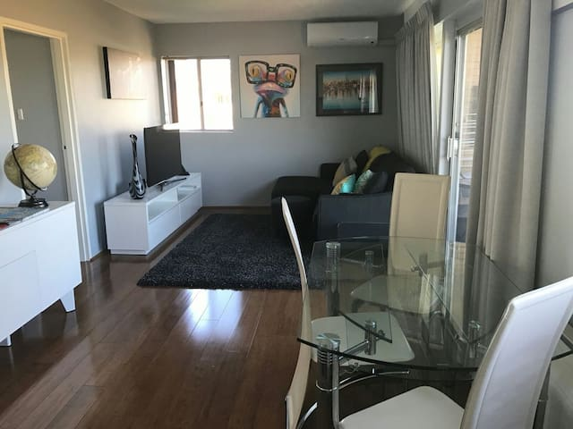 Executive One Bedroom Apartment - Queanbeyan East - Byt