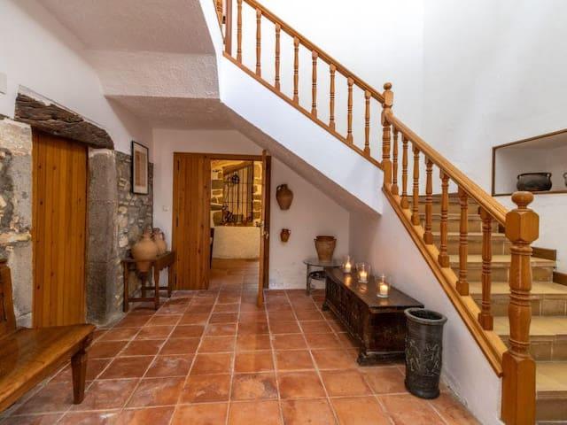 Entrada de la casa, la puerta de la izquierda es la entrada de la habitación. Detrás de la puerta abierta se ve el pozo, que comunica con la bodega, la sala de estar el comedor y el exterior de la casa.