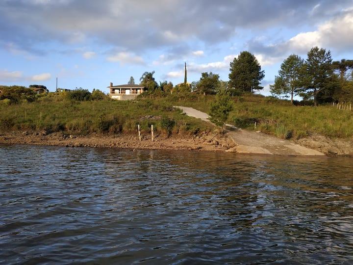 Casa rústica na beira da barragem