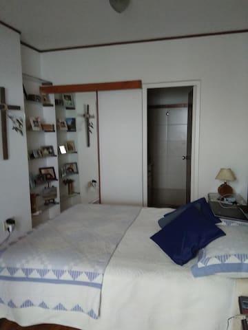 Amplio dormitorio privado con independencia