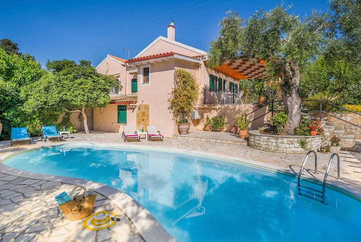 3 bed villa walking distance to loggos harbour