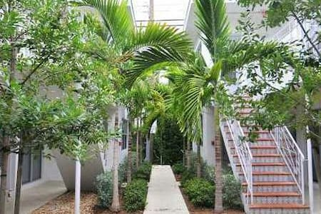 3 MIN WALK TO BEACH and LINCOLN RD! - Miami Beach - Apartment