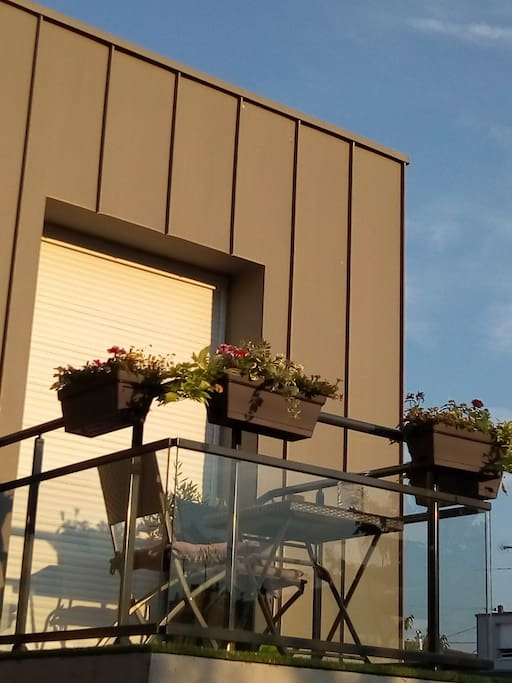 Le balcon vu de notre jardin