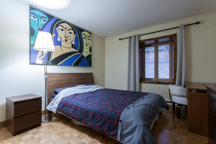 Big private room, Queen Bed, Downtown Montreal!