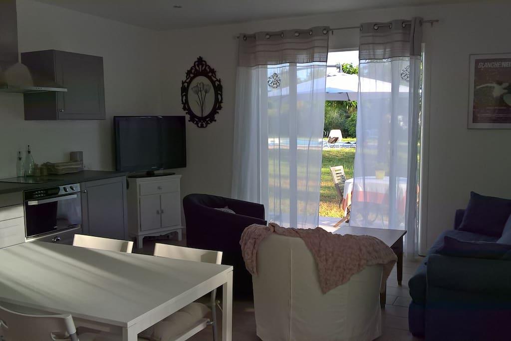 Un salon cosy avec baie vitrée sur jardin