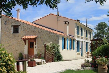 Les Capucines - C18th Farmhouse (sleeps 26 guests) - Moragne - Rumah