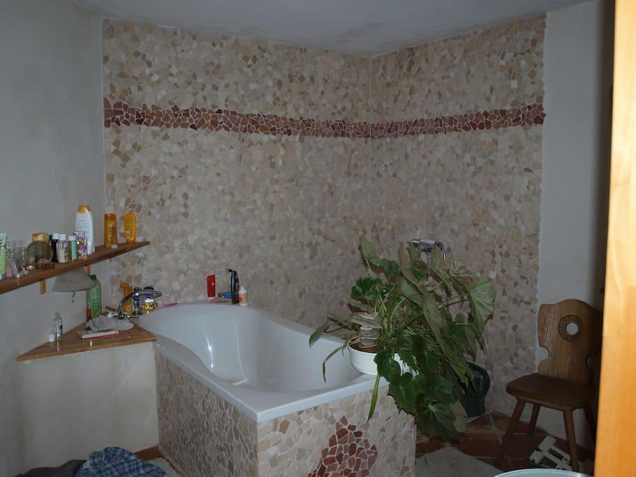 Großes Badezimmer, bodengleiche Dusche, Badewanne