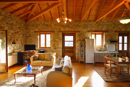 Πέτρινο αρχοντικό σε ελαιώνα με θέα το Μυστρά - Magoula