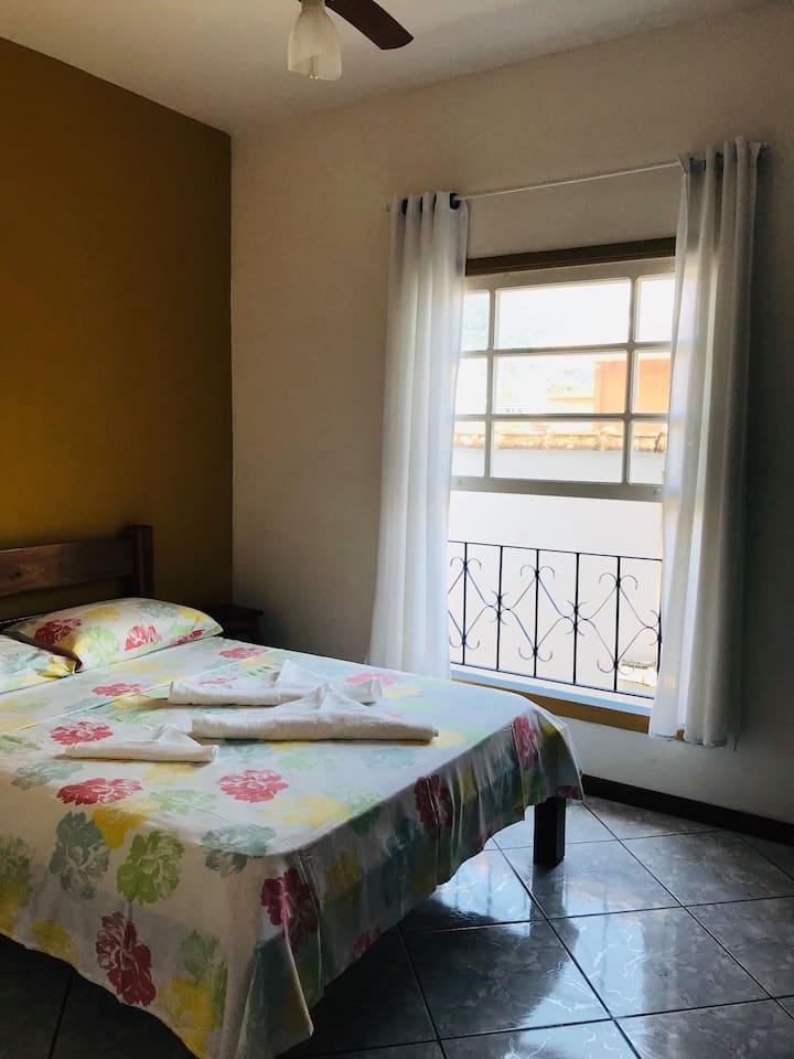Suíte com duas camas de solteiro em Ubatuba