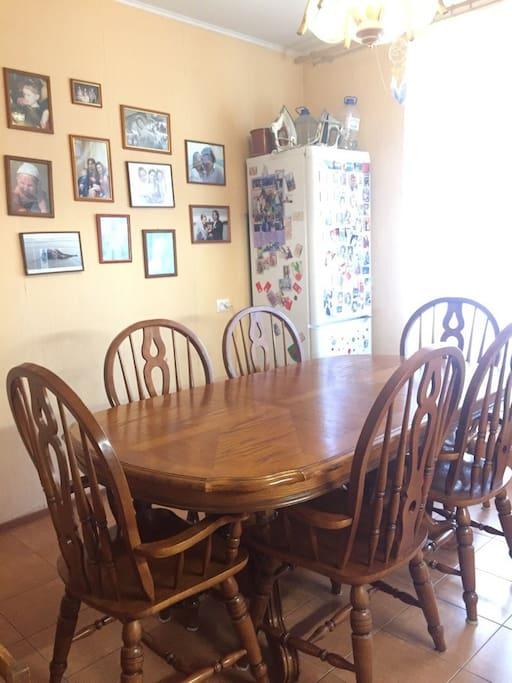 Большой стол для дружного завтрака/ Really big table for friendly family breakfast