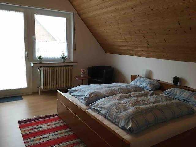 Doppelzimmer mit TV, Balkon, Küche & großem Bad