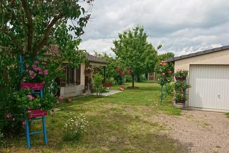 Studio tout proche bord de Loire