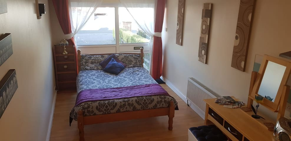 Lovely double bed private studio in tullamore town