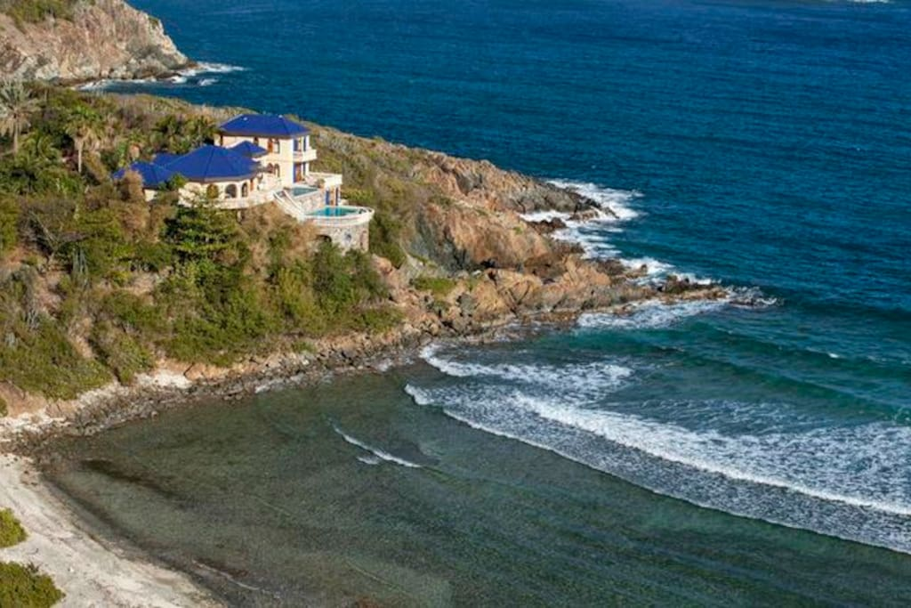 The 5 bedroom Villa Mistral is perched on a cul-de-sac overlooking Hart Bay.