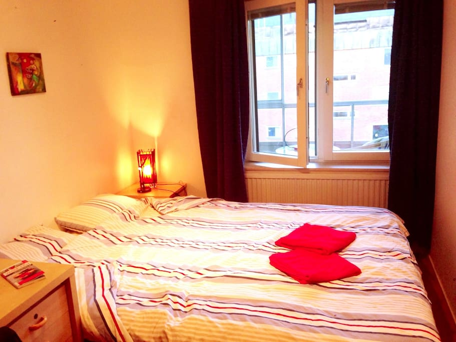 The comfy double bed is 180 cm x 200 cm big!