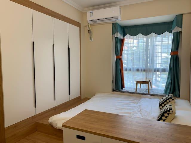 日式榻榻米房,2米*2米大床可住2大1小,配備投影儀