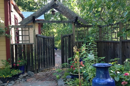 Tiger House Creekside Cottage  - Glen Ellen