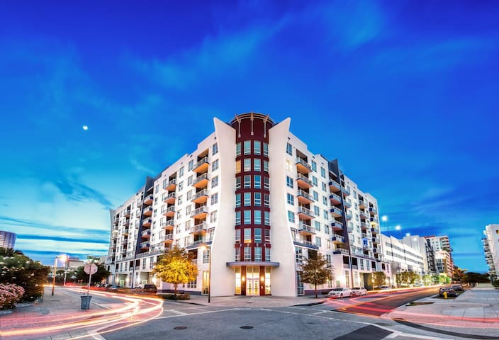 Contemporary 1 Bed w/ Den in Downtown Tampa