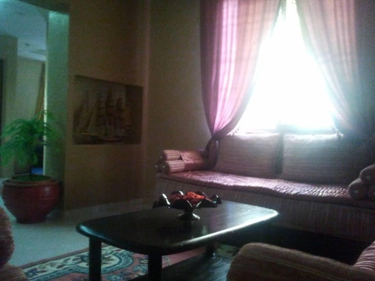 Salon avec niche ensoleillé spot et lumière murale lanterne