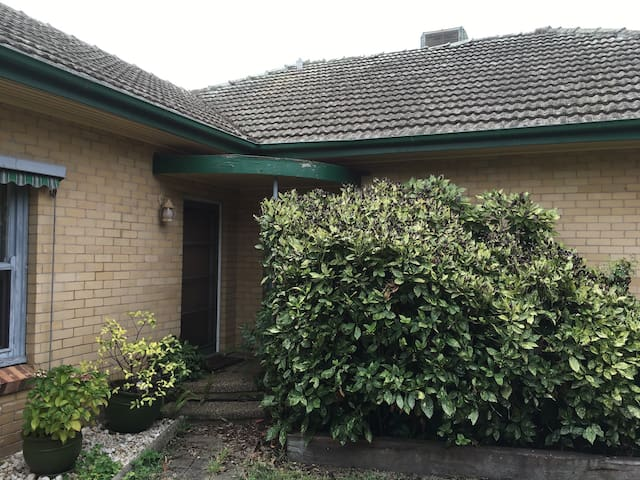 Older Style Home with High Ceilings - Benalla - Casa