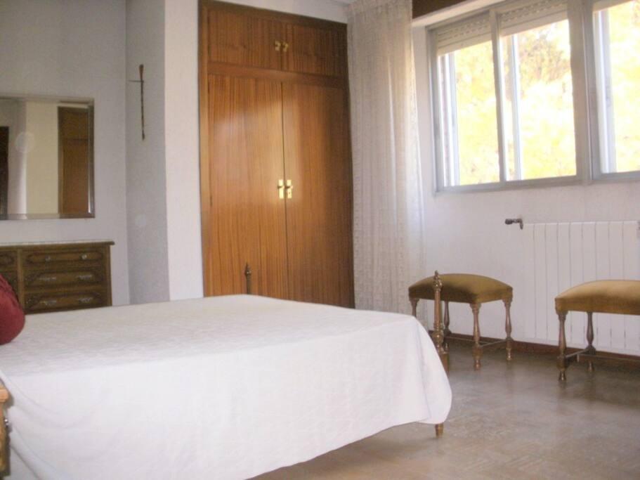Habitaci n grande luz ba o privado apartamentos en for Habitacion zaragoza alquiler
