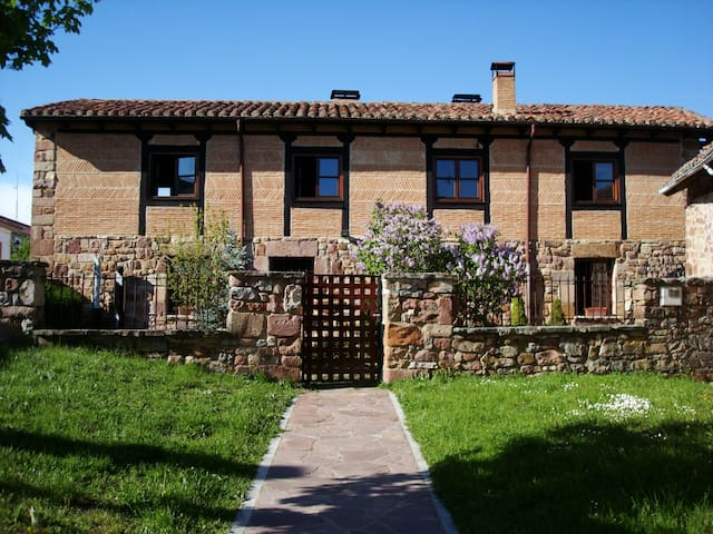 Stone house with garden - Salinas de Pisuerga - House