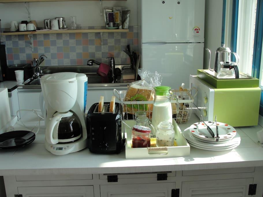 Free  breakfast : toast, milk, sausages , vegetables ,coffee, jam, butter, fried egg( self service)