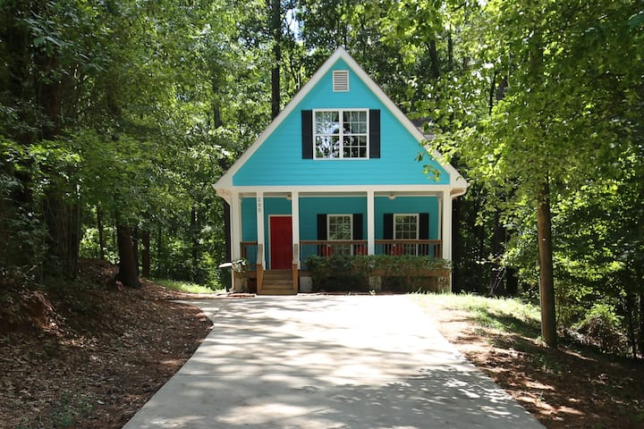 Perfect Couples Athens Getaway! Secluded bungalow
