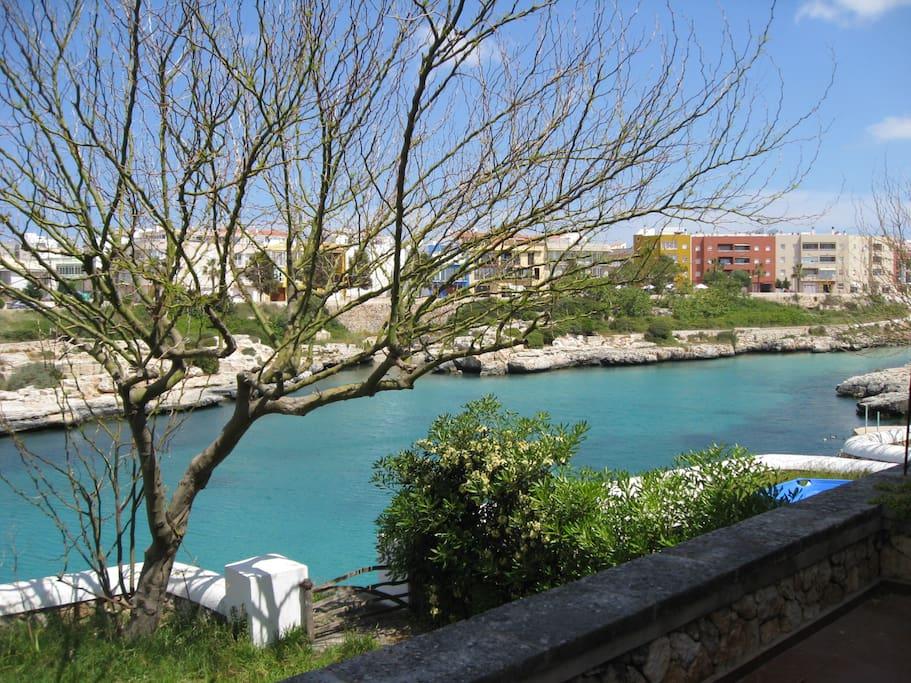 Vista desde la propia terraza hacia la playa de Ciutadella.