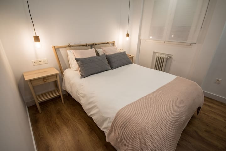 Habitación1: Habitación principal con cama de matrimonio y dos mesillas con enchufes USB incorporados en los interruptores