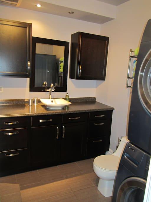 Salle de bain avec lave linge et sèche linge