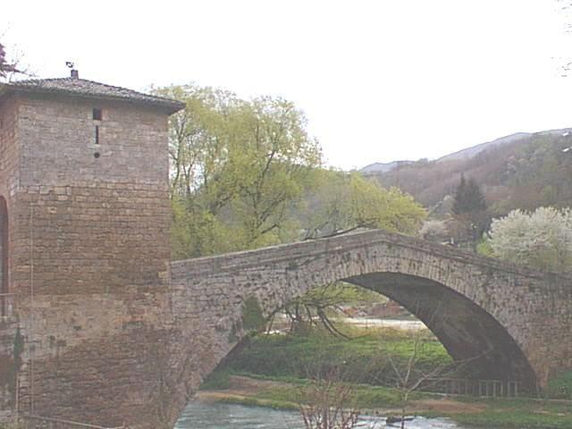 Ponte medievale a pochi passi dal casale