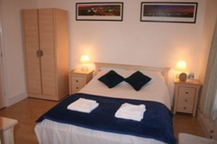 3 Double en-suite bedroom - Crawley - Bed & Breakfast