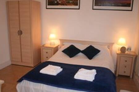 3 Double en-suite bedroom - Crawley