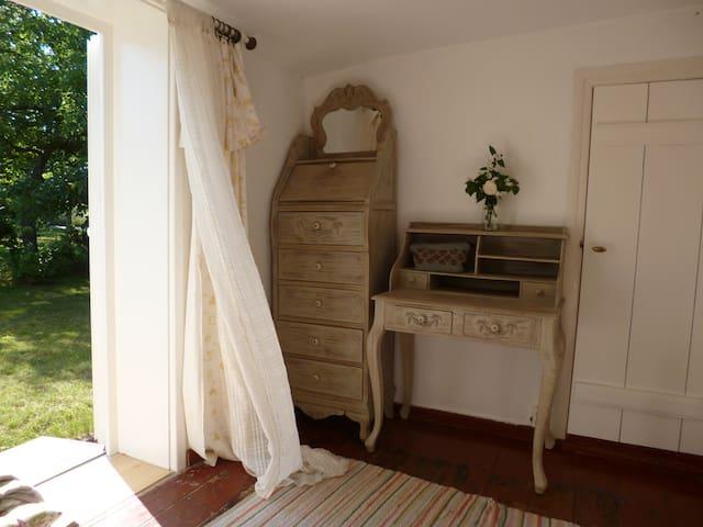 Schlafzimmer 1 mit Tür ins Grüne (2 Personen)
