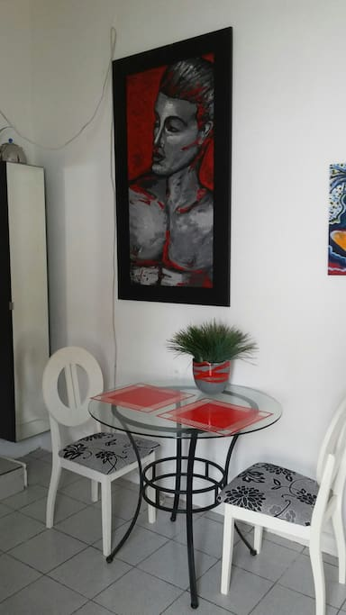 Dining area equipped for up to 4 guests.