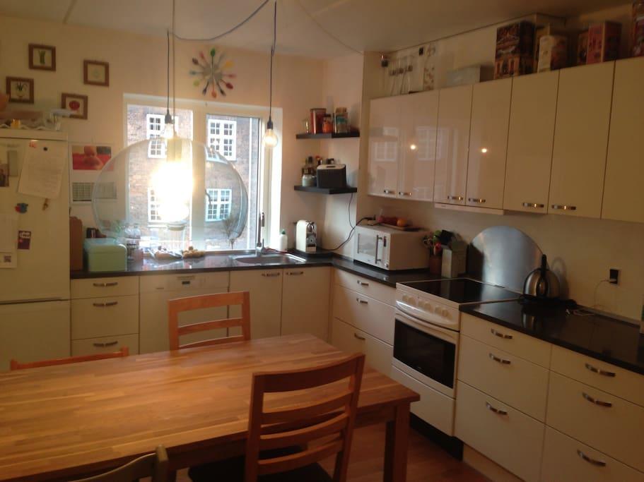 Stort spisekøkken centralt samlingssted i lejligheden. ( kitchen and diningplace)