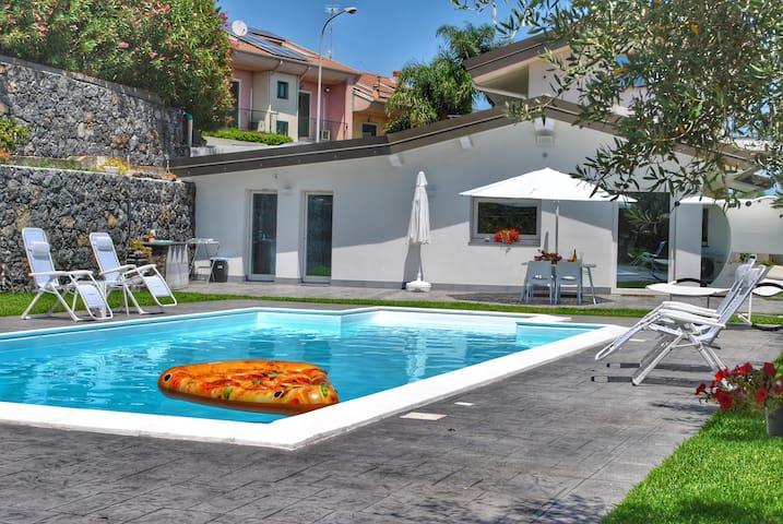 Villa Dedalisa by holidayngo