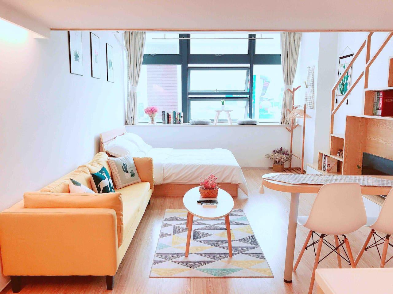采光特别好的暖暖阳光房,舒适的木地板,给你家一样的感觉。