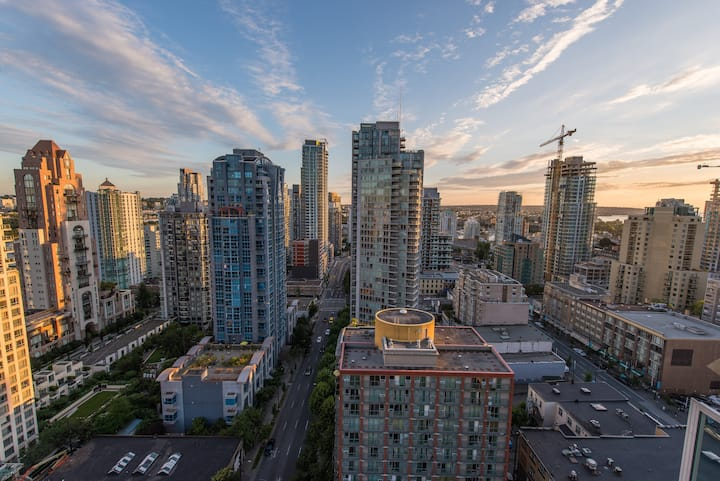 Modern yaletown apartment with view!