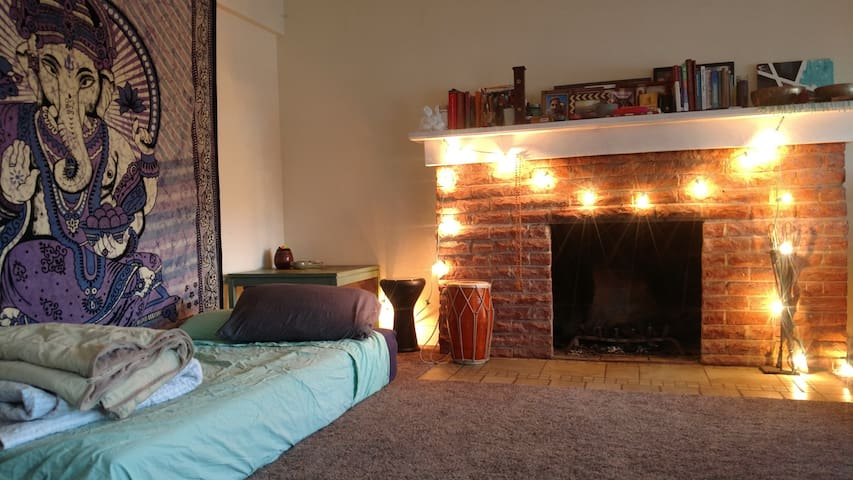 Living room in quiet house near Retro Row & beach