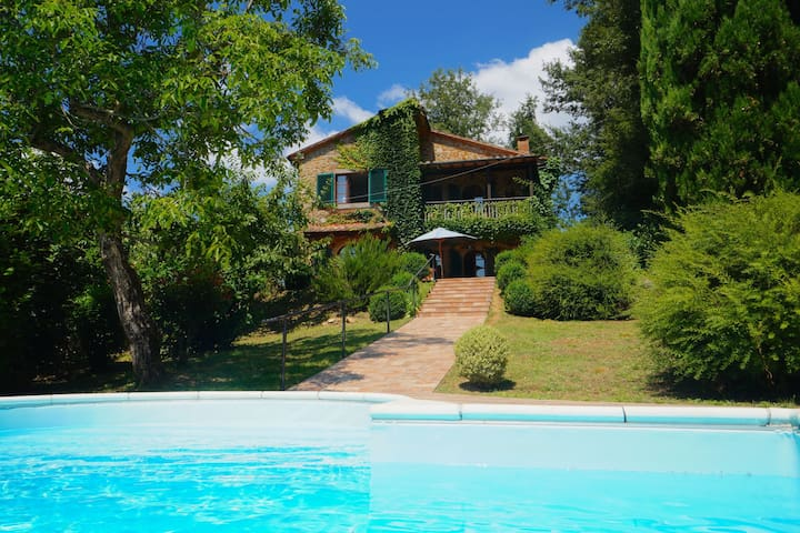 Komfortable Villa in Santa Fiora mit Swimmingpool