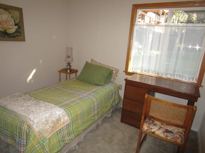 Quaint room on Phinney Bay