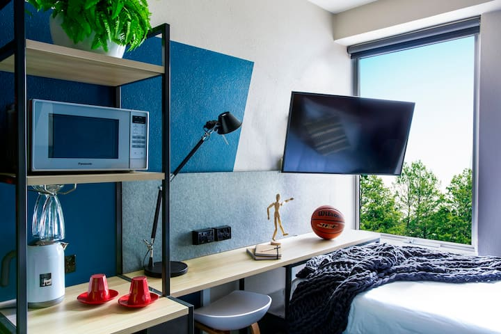 STUDENTS ONLY - Studio with gym, pool & co-working