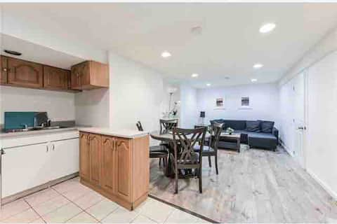 Adorable 2-bedroom place with free parking