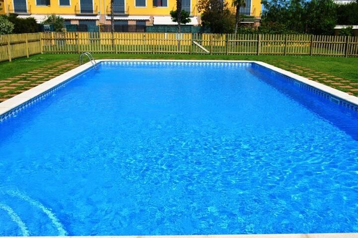 Casa adosada con piscina. Paradis St Pere