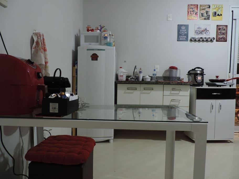 Cozinha integrada com sala.