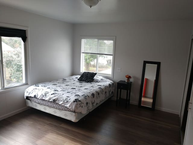 Carmichael large bedroom near freeways